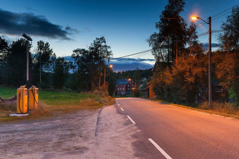 Oude Shell benzinepomp installatie in Noorwegen van Evert Jan Luchies