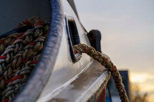 Boeg van een vissersboot. van René Nicolaes