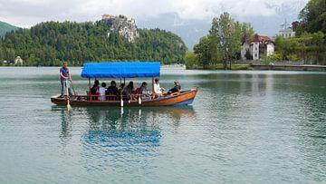 Toeristenboot op het meer van Bled in Slovenie van Gert Bunt