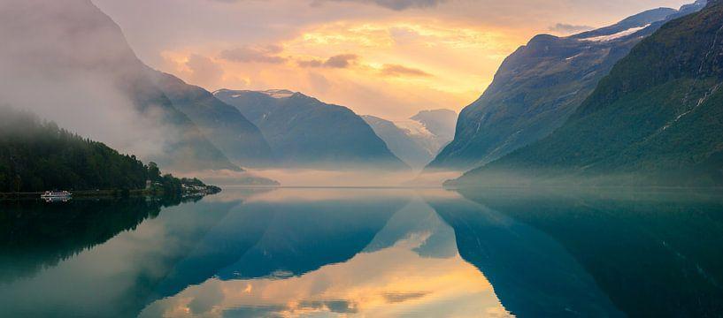 Zonsopkomst Lovatnet, Noorwegen van Henk Meijer Photography