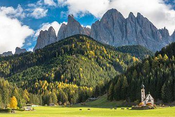 Kerkje in de heerlijke setting van de bergen van de Dolomieten von