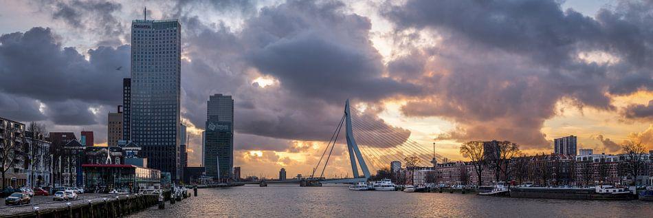 Skyline Rotterdam met intense zonsondergang.