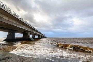 Ketelbrug in Flevoland tijdens een winterstorm van Sjoerd van der Wal