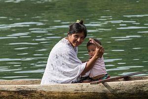 Portret van een Maya moeder met zoontje van Joost Winkens
