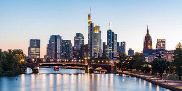 Skyline von Frankfurt am Main am Abend von Werner Dieterich