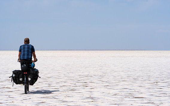 Fietser die een zoutpan doorkruist