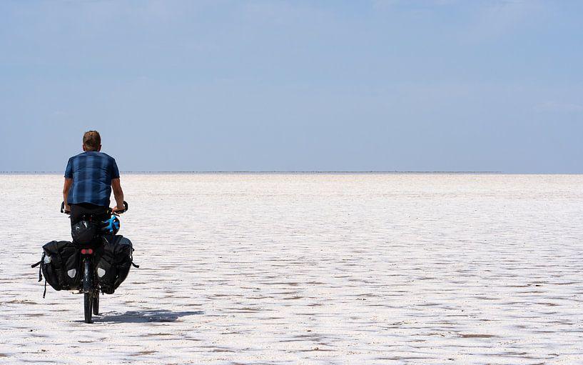 Fietser die een zoutpan doorkruist van Jeroen Kleiberg