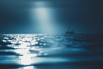 Vissersboot in dramatisch licht van Florian Kunde