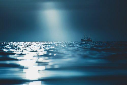 Fischerboot in dramatischem Licht