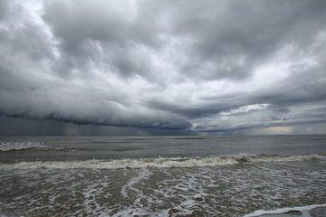 Donkere wolken boven Ameland van Rinnie Wijnstra