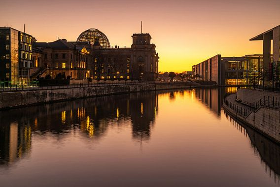Reichstaggebouw Berlijn bij zonsondergang