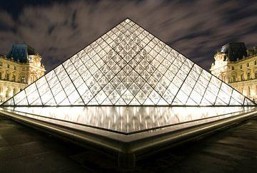 Piramide du Louvre van Björn Massuger
