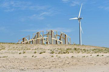 Maasvlakte 2 met kunstwerk 'Zandwacht' en windturbine van