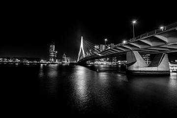 Erasmusbrug bij nacht in Zwart wit van Brian Morgan