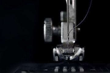 Naald en naaivoet van een naaimachine in vooraanzicht als extreme macrofoto, technische uitvinding v van Maren Winter