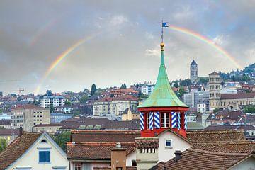 Regenboog boven Zürich met een torentje van Dennis van de Water