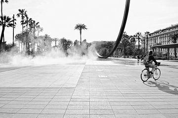 Schwarz-Weiß-Fotografie eines Platzes in Nizza, Frankreich, mit der Skulptur eines Bogens über den P von Carolina Reina