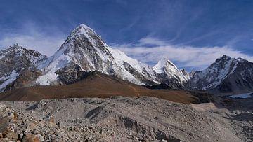 Pumori met Khumbu gletsjer van Timon Schneider