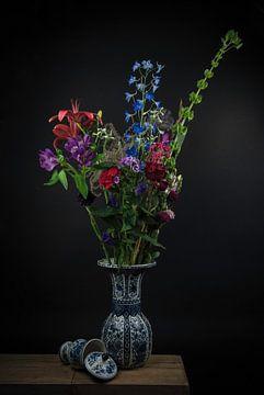 Stilleven Delfts blauw: boeket bloemen in een vaas