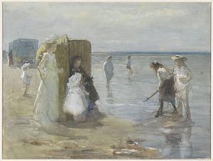 Gezicht langs de vloedlijn aan het Scheveningse strand, met twee dames en kinderen - Johan Antonie d van