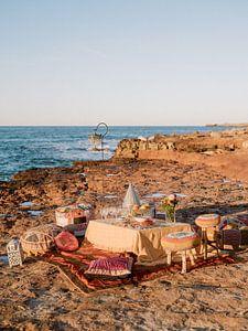 Kleurrijke Ibiza picknick op het strand tijdens zonsondergang