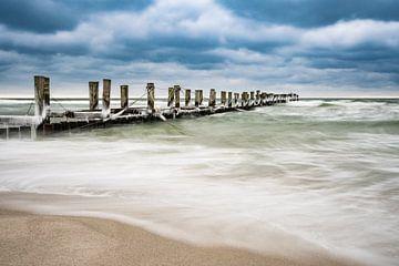 Groynes on shore of the Baltic Sea sur Rico Ködder
