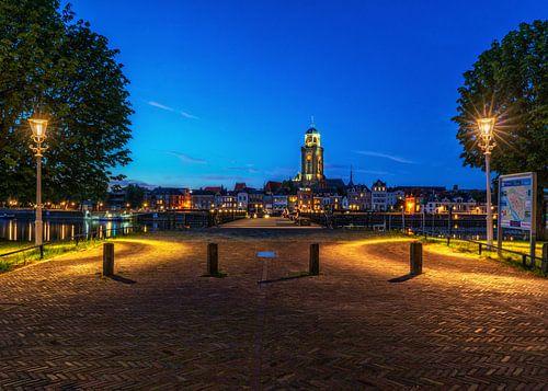 Stadsaanzicht van Deventer en de IJssel met verlichting.