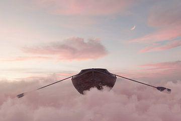 Verlassenes Holzboot schwimmt über Wolkenmeer von Besa Art