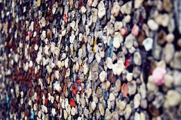 Berliner Mauer mit Farbgraffiti und Kaugummi von Andreea Eva Herczegh