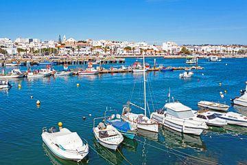 Der Hafen und die Stadt Lagos an der Algarve in Portugal von Nisangha Masselink