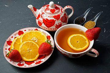 Schwarzer Tee mit Erdbeere und Orange, dekoriert mit Früchten von Babetts Bildergalerie