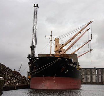 Vrachtschepen in de haven van Amsterdam. van scheepskijkerhavenfotografie