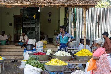 De bloemenmarkt bij de Sri Ranganatha Swamy Temple, Trichy van Martijn Mureau