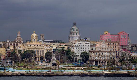 Cuba, Havana. Skyline met het oude centrum en het Capitool.