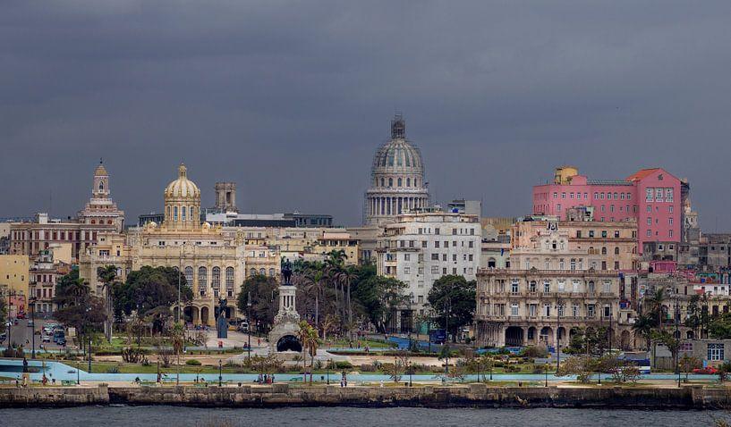 Cuba, Havana. Skyline met het oude centrum en het Capitool. van Maurits van Hout