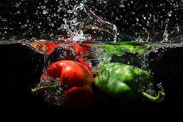 Paprika's vallen in het water van