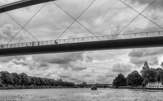 Hoge Brug Maastricht gezien vanaf het water