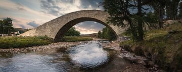 Alte Brücke über den Fluss Gairn von Mart Houtman