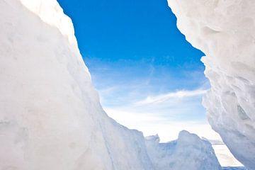 uitzicht op de blauwe lucht vanuit een ijspleet in de bamboes op het Baikalmeer van Michael Semenov