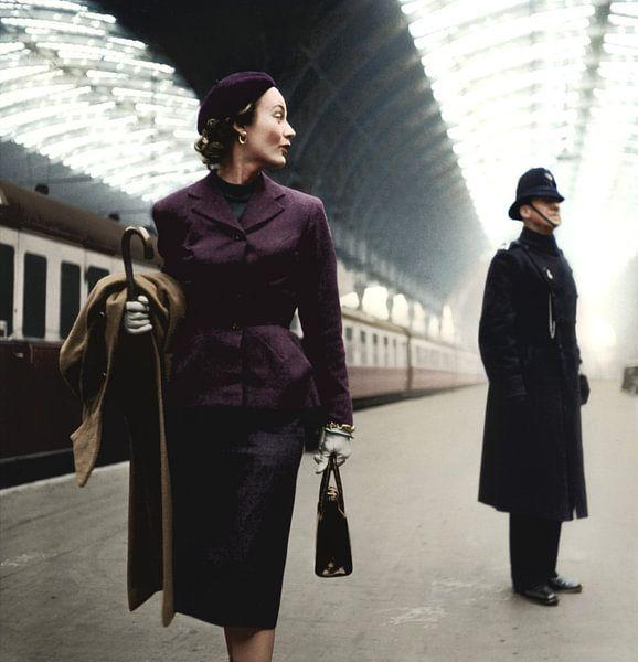 Model Lisa Fonssagrives in Paddington Station Londen van Colourful History