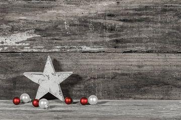 Kerstmis vakantie seizoen achtergrond met houten ster en ballen decoratie van Alex Winter