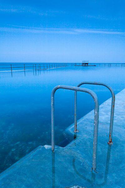 Zwemtrap bij een zeezwembad in Guernsey van Ron ter Burg