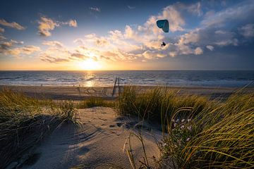 Fly (paraglider strand Dishoek) van Thom Brouwer