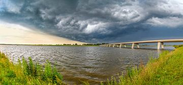 Onweersbui boven het Reevediep bij Kampen in de IJsseldelta van Sjoerd van der Wal