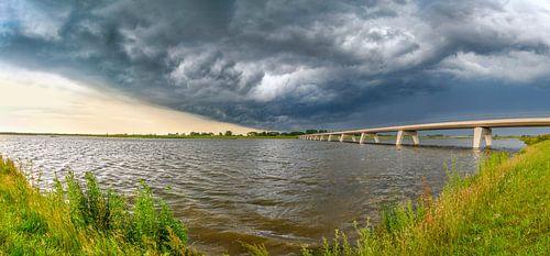 Onweersbui boven het Reevediep bij Kampen in de IJsseldelta