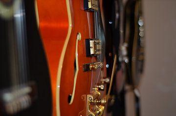 Gitarren an der Wand. von Kim De Sutter