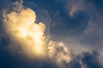 Spectaculaire wolk verlicht door de ondergaande zon