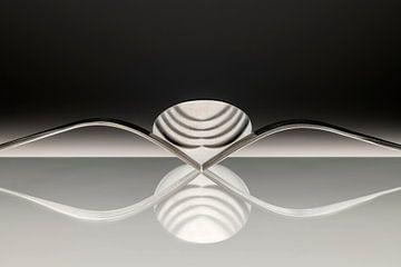 Abstracte artistieke foto van couvert, zijnde twee vorken en een lepel welke spiegelen in het opperv van Tonko Oosterink