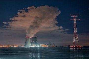 Fluss Schelde mit Kühltürmen des Kernreaktors Doel und enormer Kondensationswolke von Daan Duvillier
