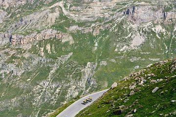 Radfahrer trainieren in grandioser Berglandschaft von Bram Berkien